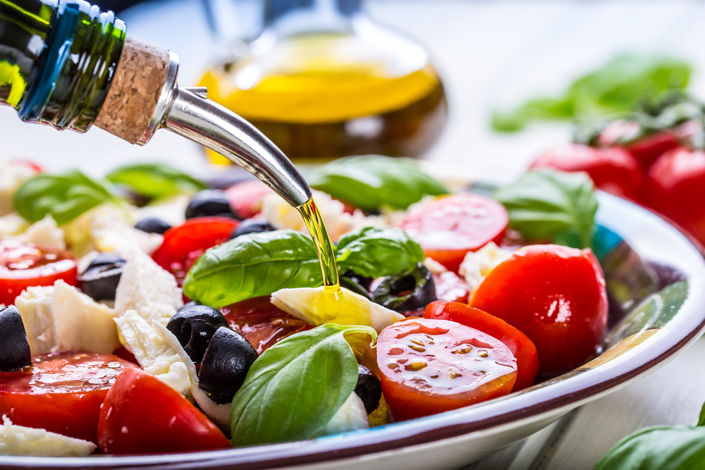 כך תזונה ים תיכונית משפיעה על הכולסטרול  תזונה ים תיכונית עשירה בשמן זית  משפרת תפקודיים מרכזיים של HDL (צילום: Shutterstock)